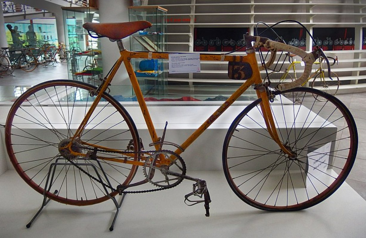800px-Museo_del_Ciclismo_Madonna_del_Ghisallo,_Gino_Bartali_bicycle_on_Tour_de_France_1938_(edited_version)