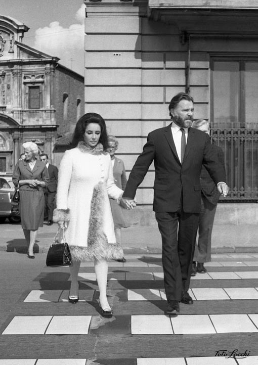 Elizabeth Taylor and Richard Burton walking in Florence [© Archivio Storico Foto Locchi Firenze -www.fotolocchi.it]
