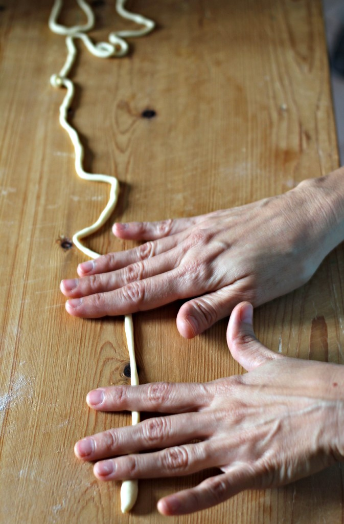 Roll the dough with the palm of your hand and stretch it outward at the same time