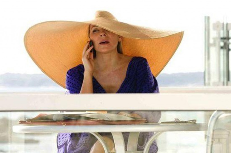 Kim Cattrall in Sex and the city wearing a straw hat