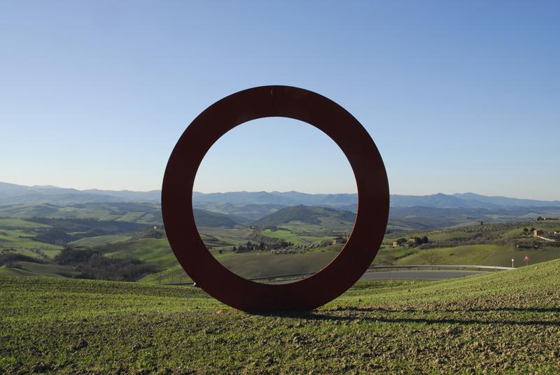 Foto: Mauro Staccioli, Anello (Ring). Poggio di San Martino, źródło: https://www.visittuscany.com/