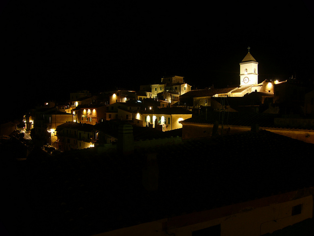 Capoliveri by night [Photo Credits: Michele Luconi http://ow.ly/gEW3p]