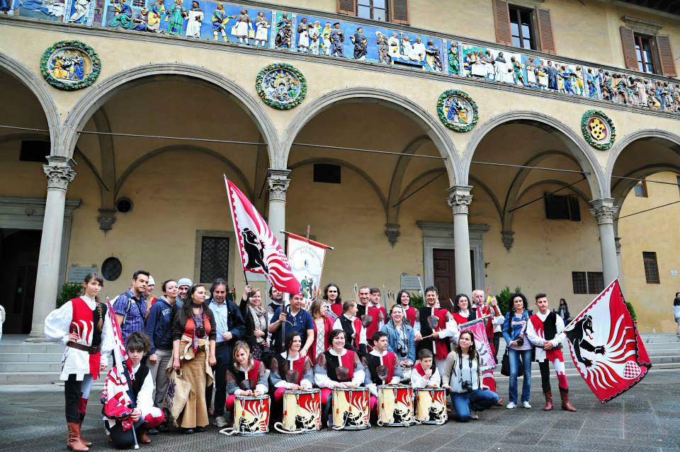 Compagnia dell'orso and bloggers of #viraccontoPistoia blogtour [Photo Credits: Consorzio Turistico Pistoia]