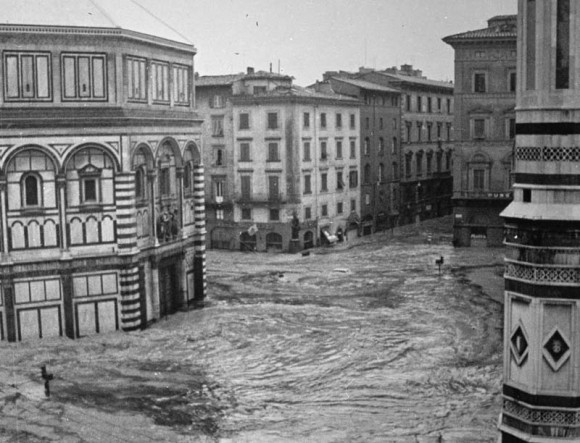 Piazza del Duomo during the flood of 1966 - the water popped Ghiberti's door panels out (photo: Bazzecchi/khi)