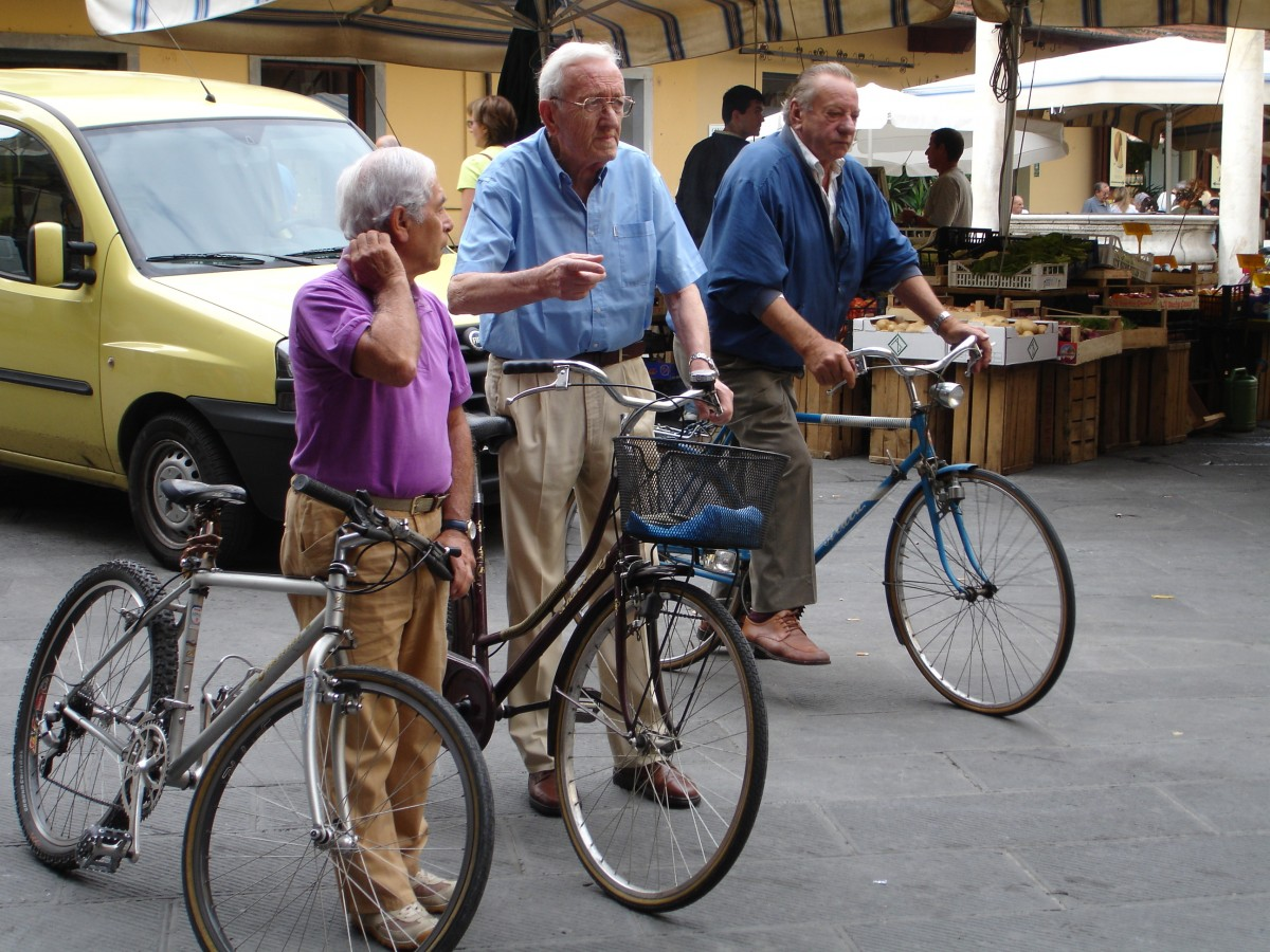 Old men on bikes in Pistoia [Photo Credits: Braids123]