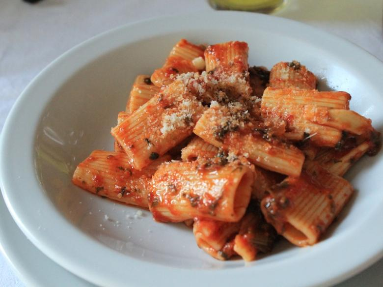 Pasta with tomato and herbs sauce