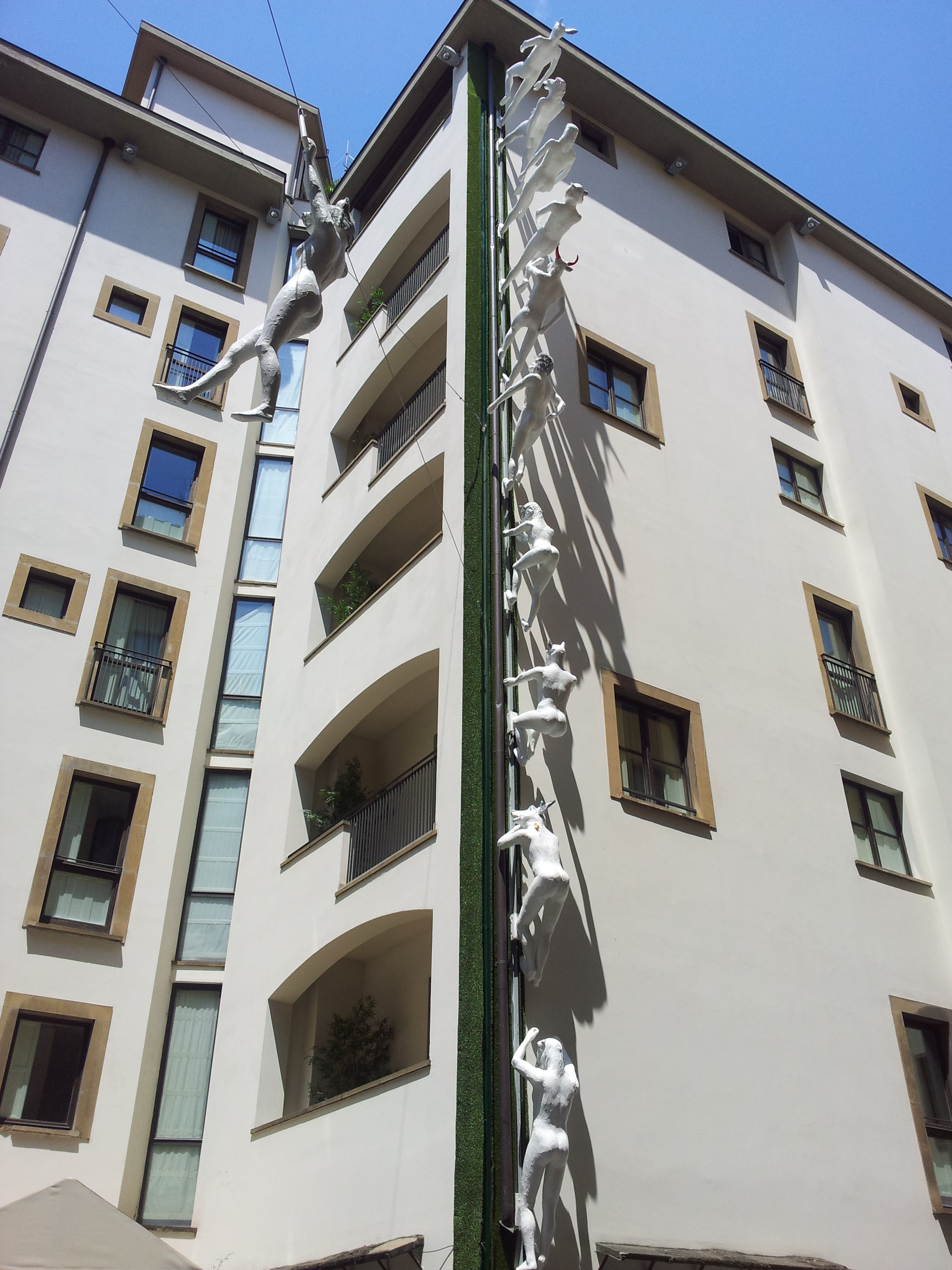 Sculptures climbing the Art gallery hotel in #Florence