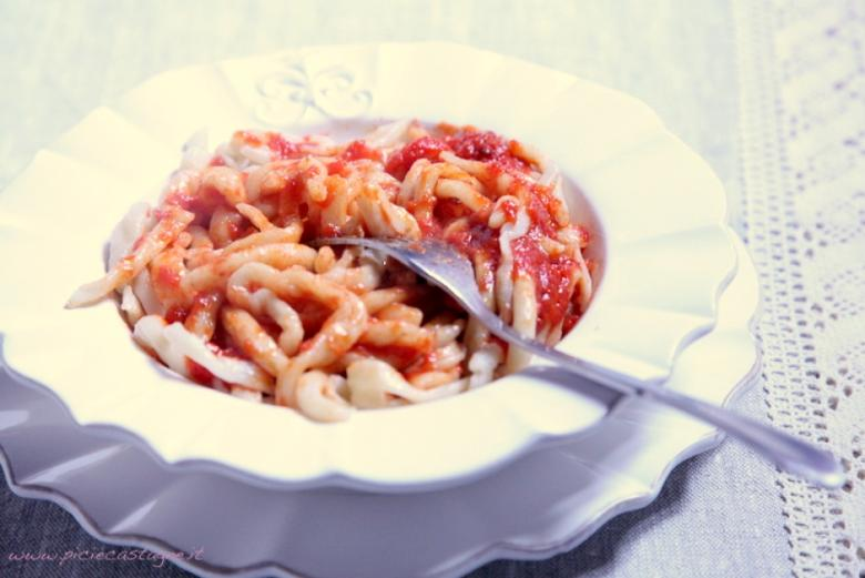 Pici pasta with tomato and garlic sauce