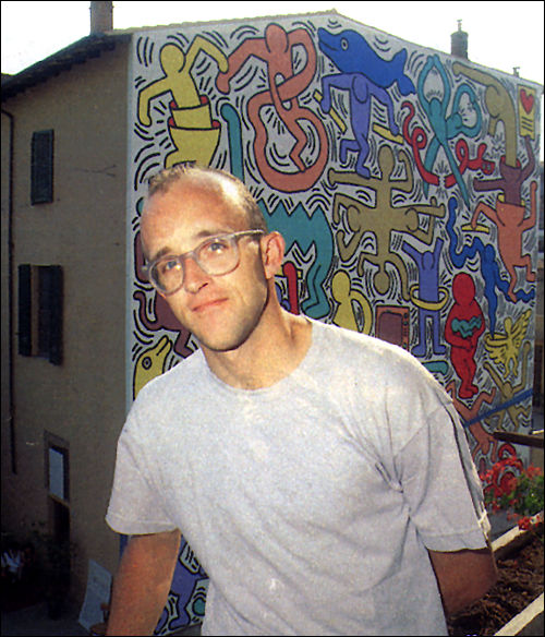 Keith Haring in front of Pisa Mural, 1989 [Photo Credits: Keith Haring Foundation]