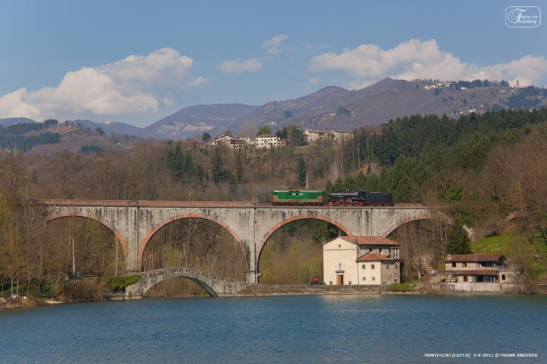 Train on the Pontecosi viaduct