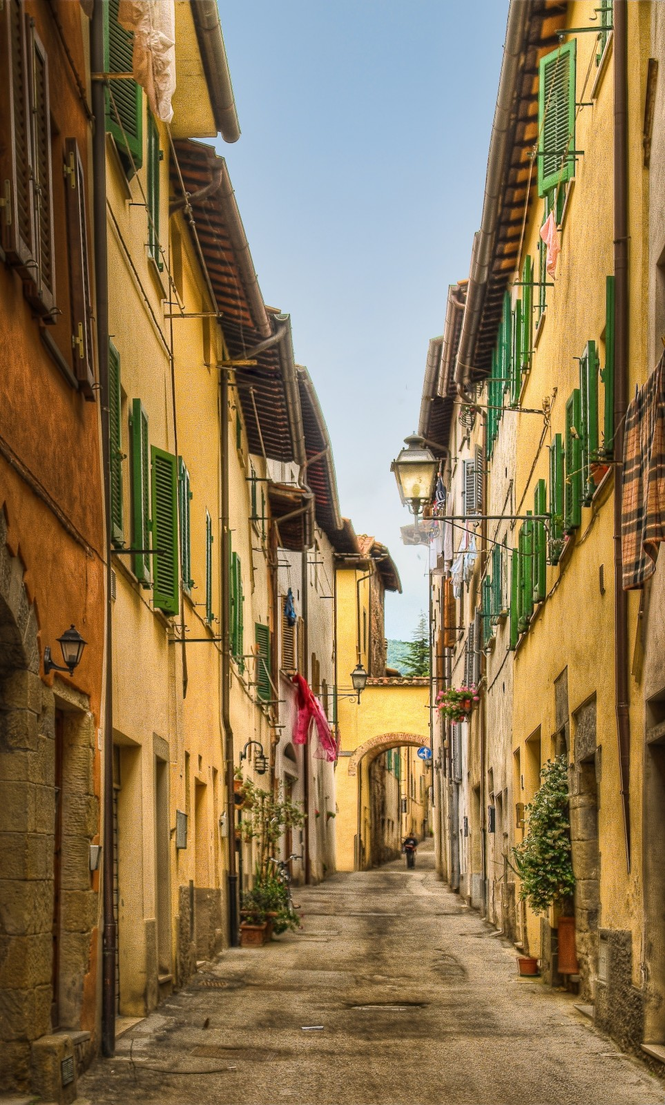 A narrow street in Sansepolcro [Photo Credtis: Anguskirk]