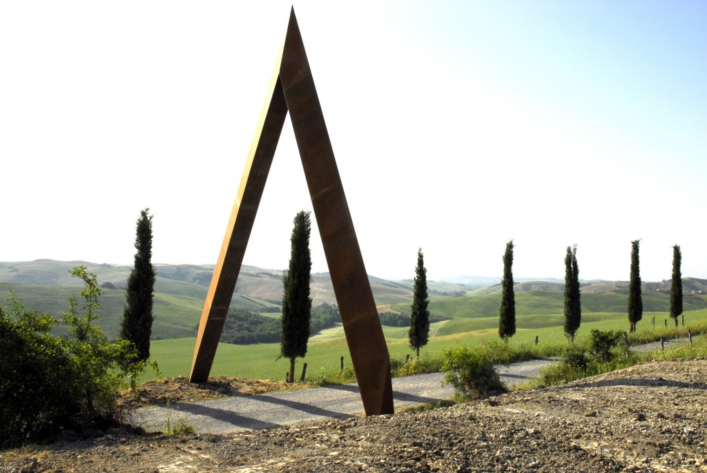 Fot. Staccioli, Fattoria di Lischeto. Portale. Foto: Mauro Staccioli, Anello (Ring). Źródło: https://www.visittuscany.com/