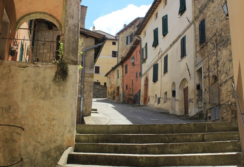 The narrow streets of Cetona
