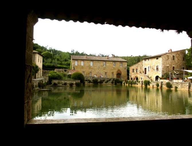 Bagno Vignoni: the thermal basin