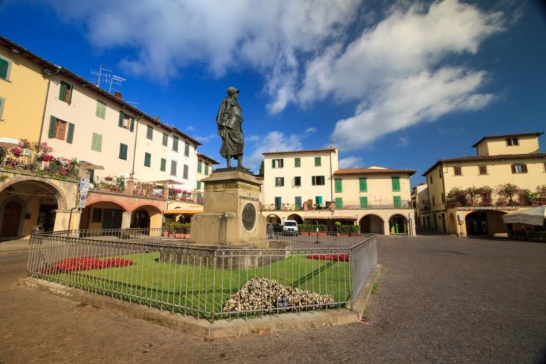 Piazza in Greve, surrounded by colonnades, with the centre statue dedicated to Giovanni da Verrazzano