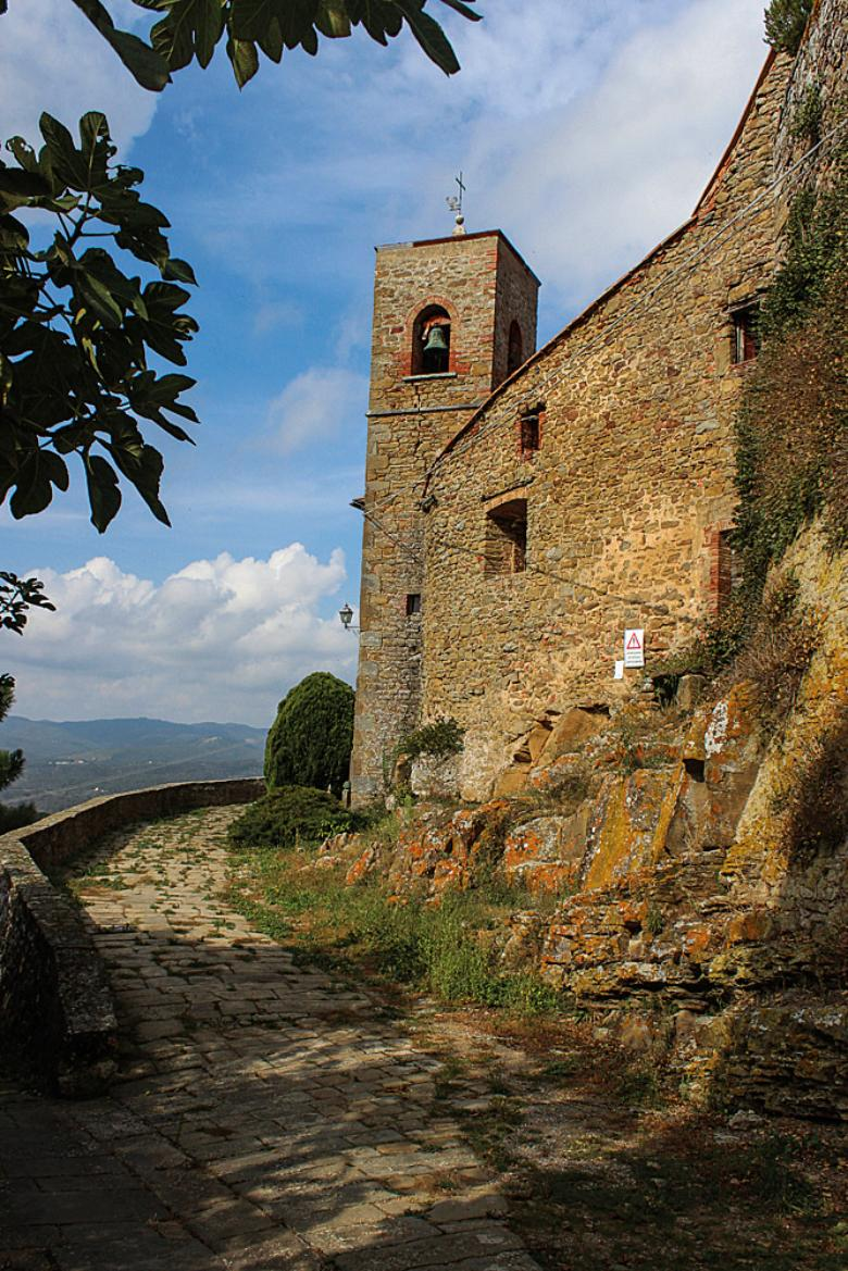 Road to the castle in Rapale