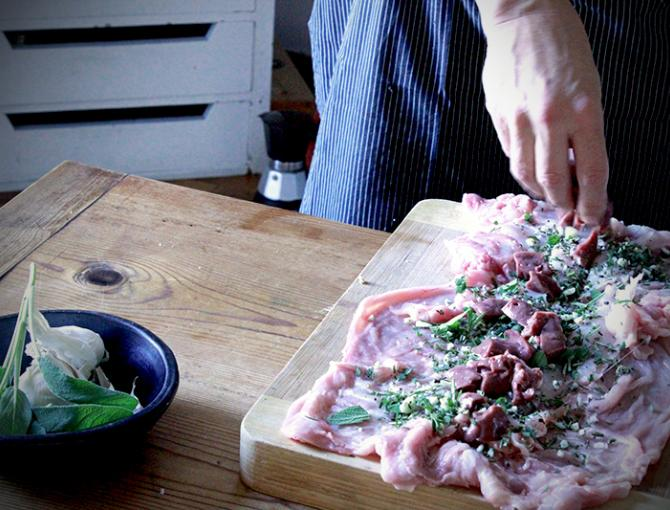 Take the chopped sage, rosemary, garlic, fennel, salt and pepper. Sprinkle the mixture on the rabbit meat. Cut the liver into pieces and add it