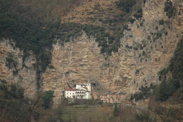 L'Eremo e la parete di roccia