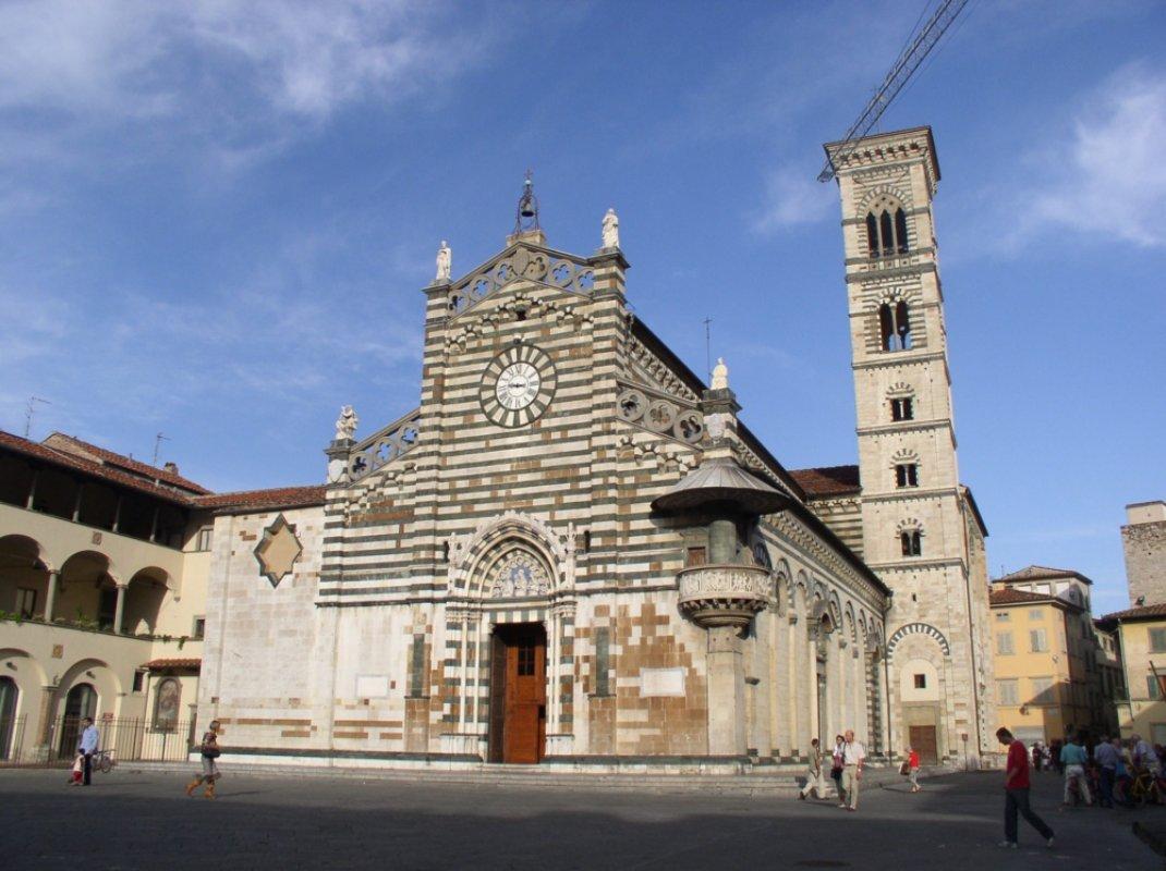 Prato a walk around the historic centre visit tuscany for Piazza duomo prato