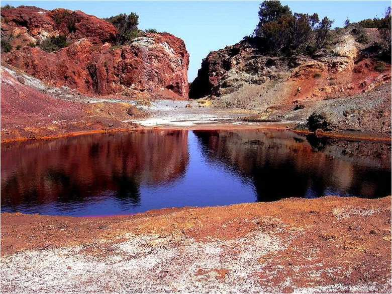 Red lake in the mineralogical park