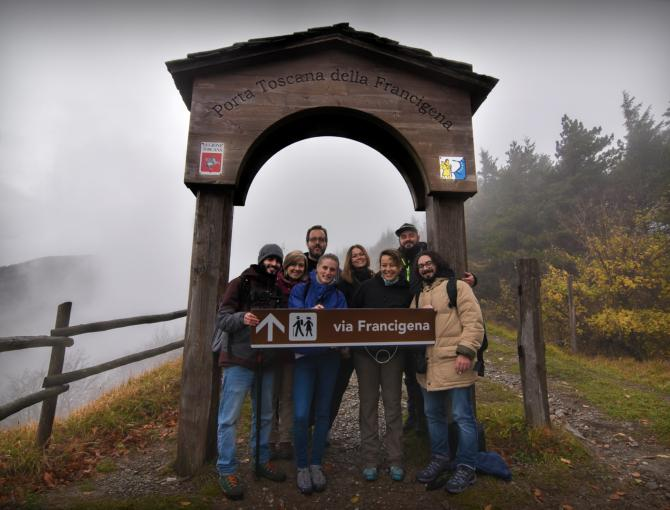 Group photo before the Francigena door to Tuscany