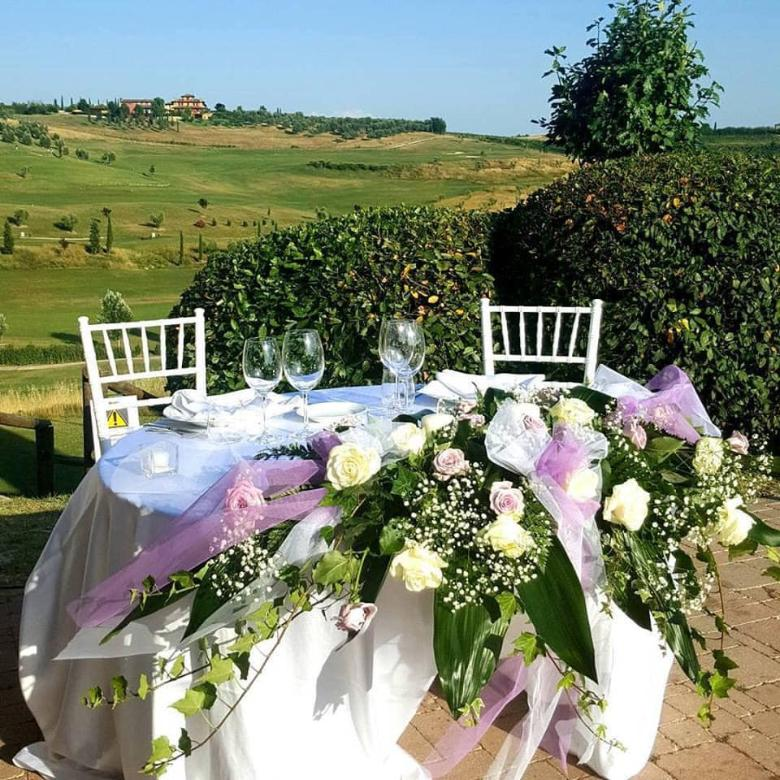 Wedding with a view over the Vinci hills